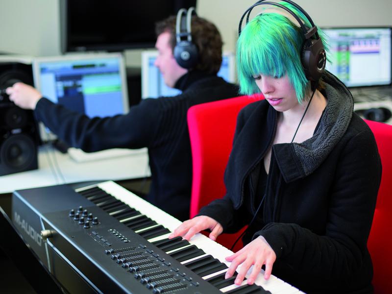 Eine Studierende spielt einen Sound für eine interaktive Anwendung ein