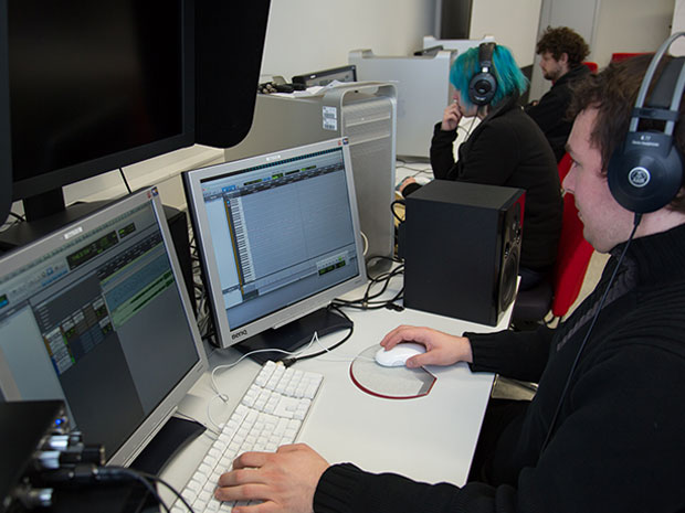 Studierende im Sound-Editing Labor
