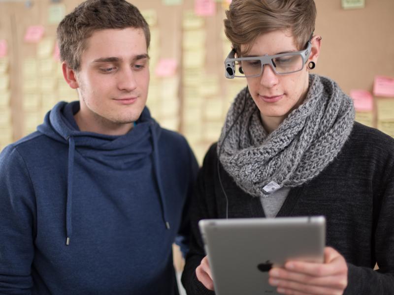 Studierende testen eine Anwendung mit einer Eyetracking-Brille