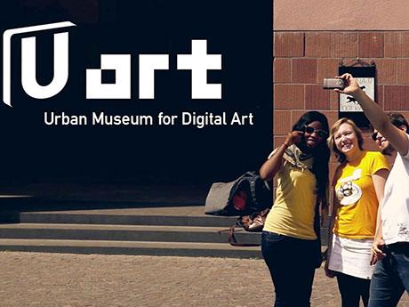 Das Museum für digitale Kunst ist draußen. Du findest es an jeder U-Bahn Haltestelle