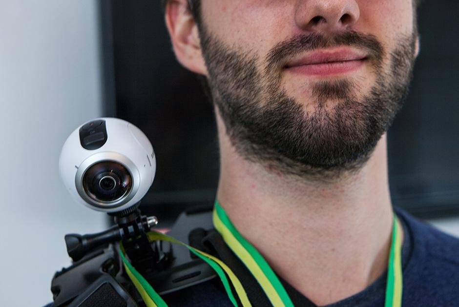 Begleiter trägt die 360° Kamera mit sich auf der Schulter und nimmt dadurch den Patienten mit.