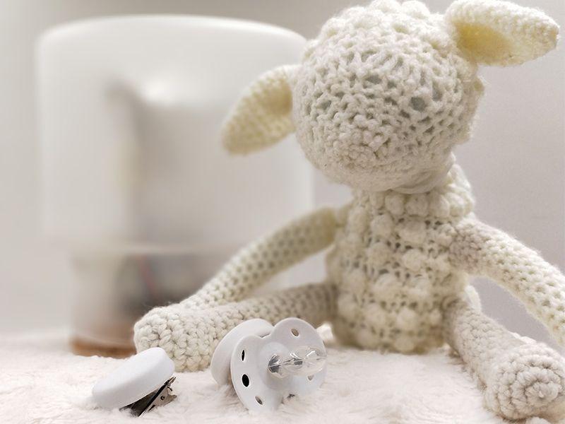 Die Systemelemente von SheepWell: Das Schaf, Schnuller und Windelclip und die Lampe.