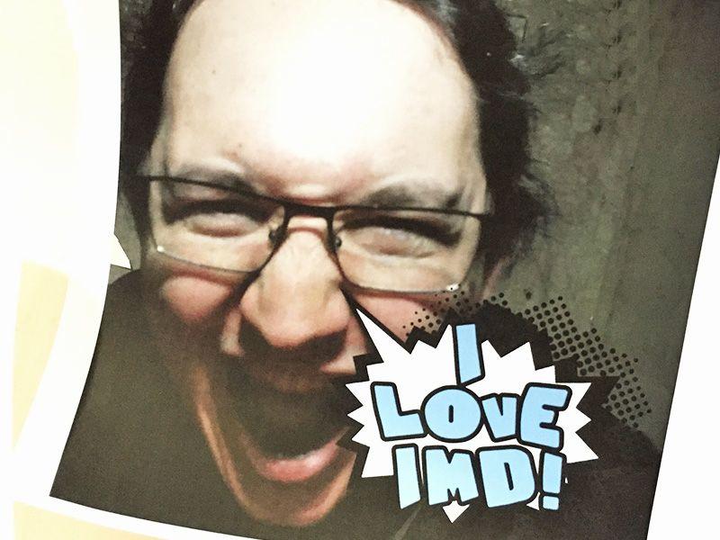 Da man das Foto nur durch Schreien auslösen kann, sieht man hier ein lustiges schreiendes Gesicht, mit der Sprechblase: I love IMD!