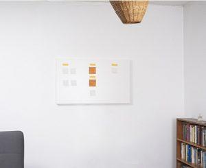 Ein persönlicher Aufgabenplan hängt an einer Wand.