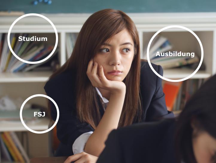 Mädchen in Schule überlegt, welchen Weg sie nach ihrer Schulzeit einschlagen soll (Studium, Ausbildung oder FSJ)