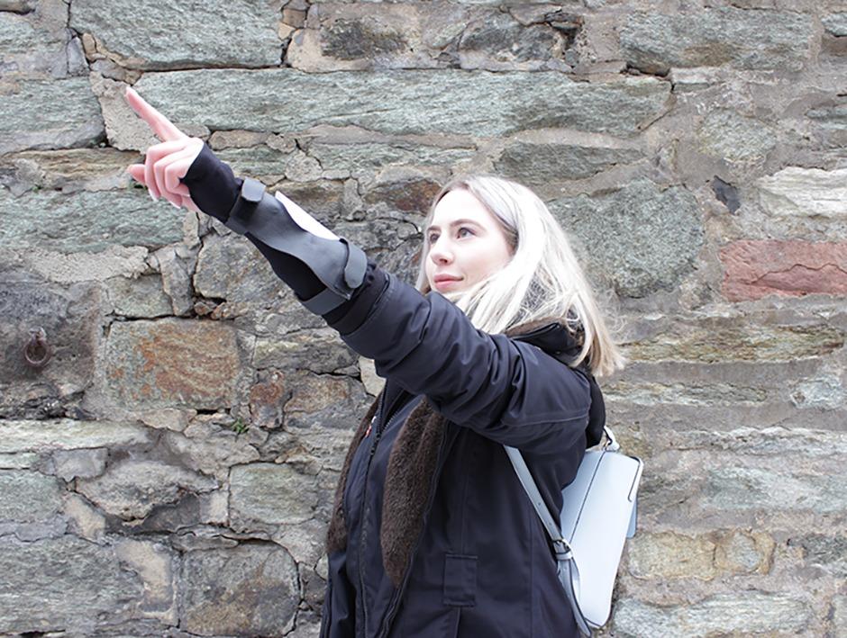 Eine Spielerin macht eine Pointing-Aufgabe