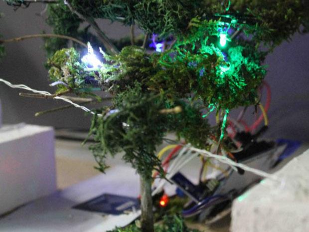 Ein Modell von einem Baum mit kleinen bunten Leuchten.