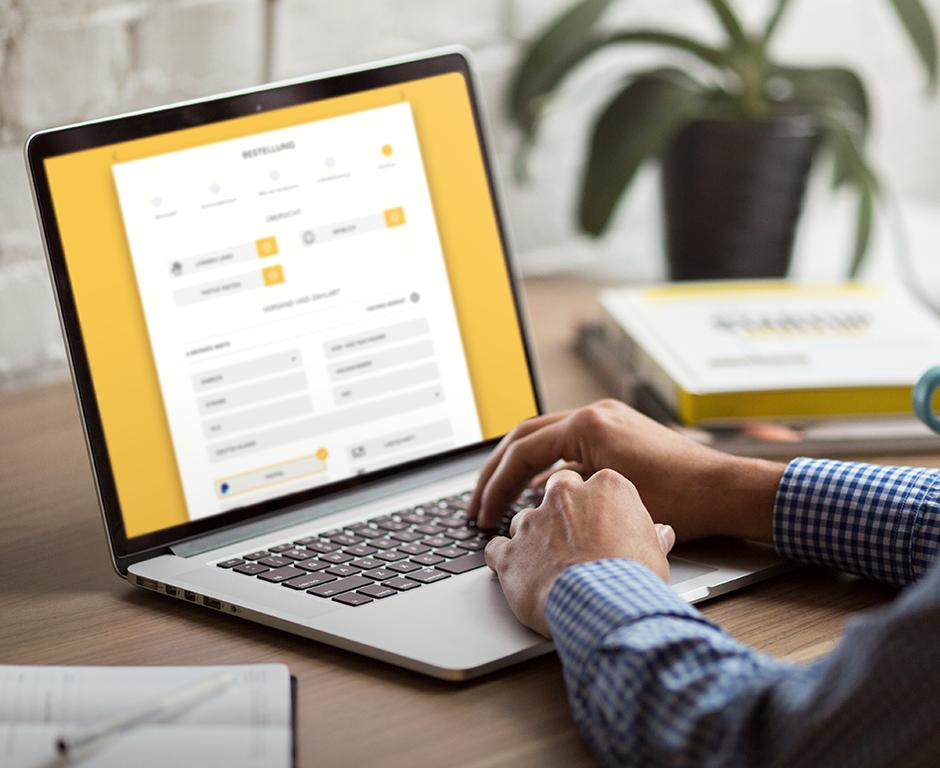 """Das Bild zeigt einen Mann, der die KONTAKT Website aufgerufen hat und am Laptop sitzt."""" title=""""Das Bild zeigt einen Mann, der die KONTAKT Website aufgerufen hat und am Laptop sitzt."""