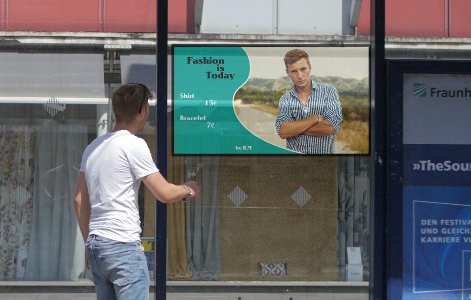 Dem Nutzer wird eines seiner Instagram Bilder in Form einer Kleiderwerbung visualisiert. Das geschieht in der Bushaltestelle an der er sich gerade befindet