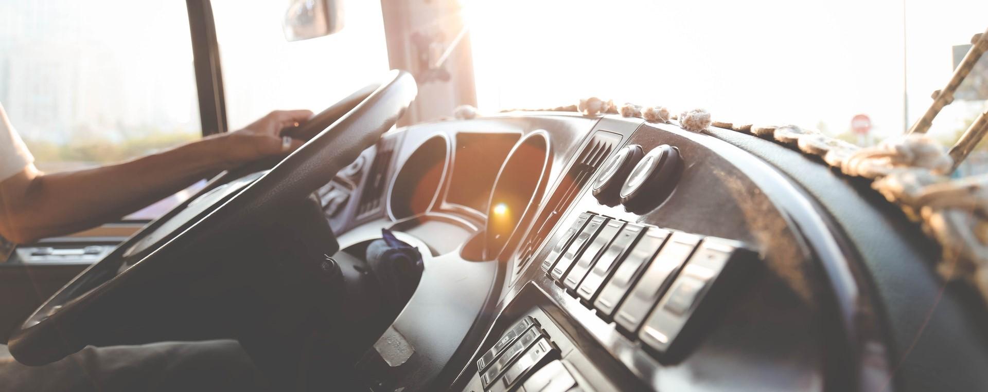 Innenansicht eines LKW-Cockpits. Das Armaturenbrett ist liebevoll dekoriert.