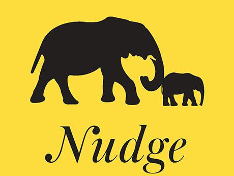 Teil des Buchcovers: Großer und kleiner Elefant laufen hintereinander. Der große stupst den kleinen mit dem Rüssel an. Zeichnung, Scherenschnitt, Schwarz auf gelbem Hintergrund.