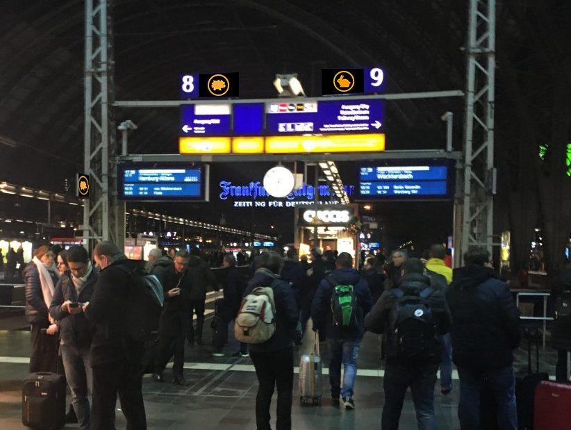 Voll besetzte Bahnsteige am Frankfurter Bahnhof