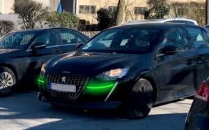 In diesem Bild sind die grünen Signalleuchten unterhalb der Scheinwerfer an einem beispielhaften Fahrzeug zu sehen.