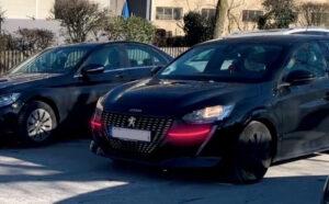 In diesem Bild sind die roten Signalleuchten unterhalb der Scheinwerfer eines beispielhaften Fahrzeugs zu sehen.