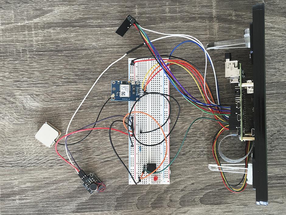 ein Raspberry Pi 4 mit Display und verschiedenen Modulen